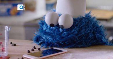 در این تبلیغ تلویزیونی خلاقانه که برای دستیار صوتی شرکت اپل یعنی سیری (Siri) انجام شده، در این ایده تبلیغاتی از شخصیت آبی رنگ که Cookie Monster نام دارد